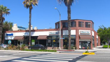 Exterior Street and Building Facade View of Retail Space For Lease at 925 Wilshire Blvd, Santa Monica, CA 90401, Listed by Par Commercial Brokerage